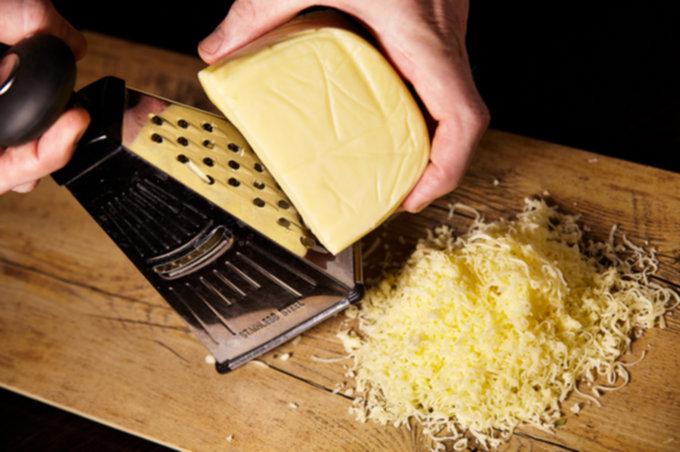 Натираем сыр для пиццы